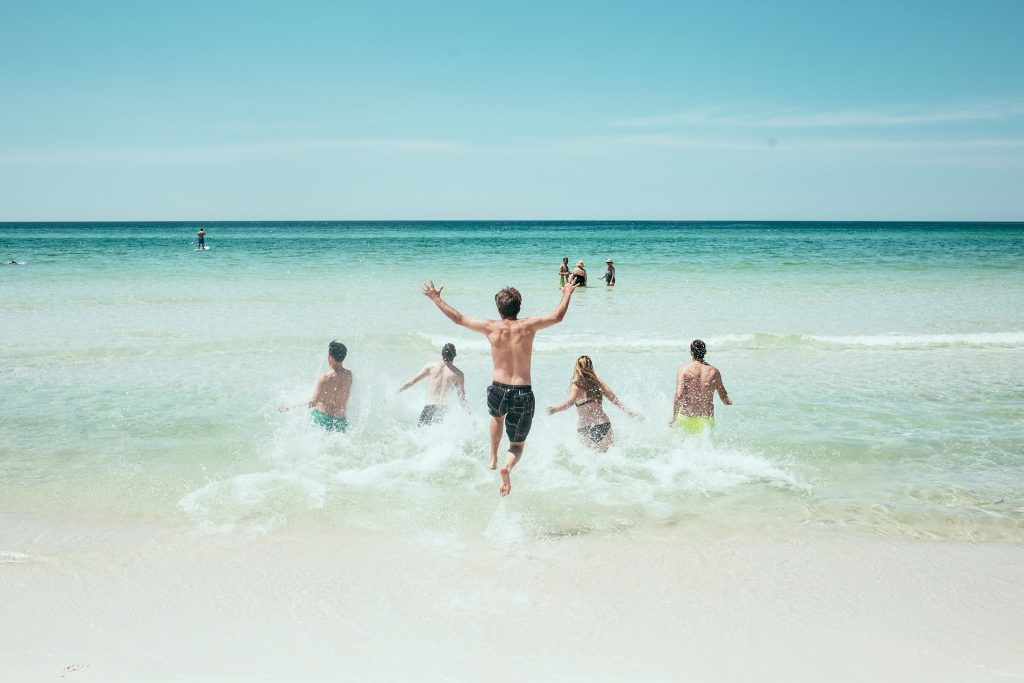 niños jugando en el mar
