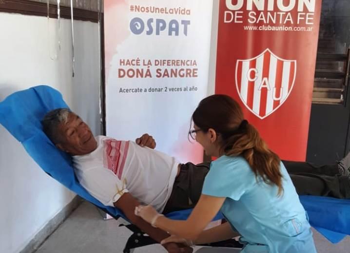 hombre dona sangre