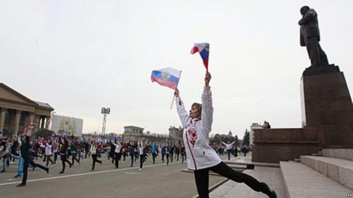 Mujer con banderas Rusia