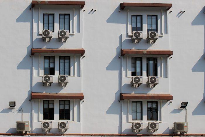 frente edificio con aire acondicionado