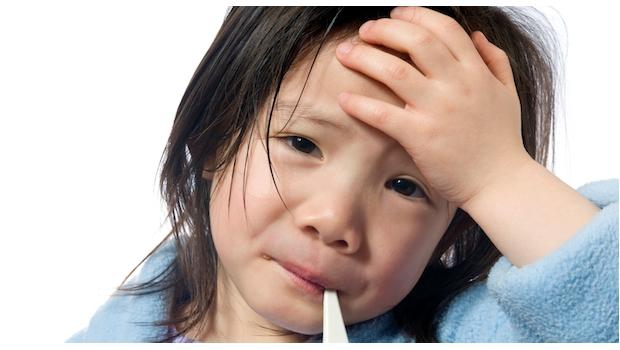 niña con termómetro