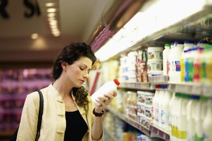 mujer en góndola de supermercado