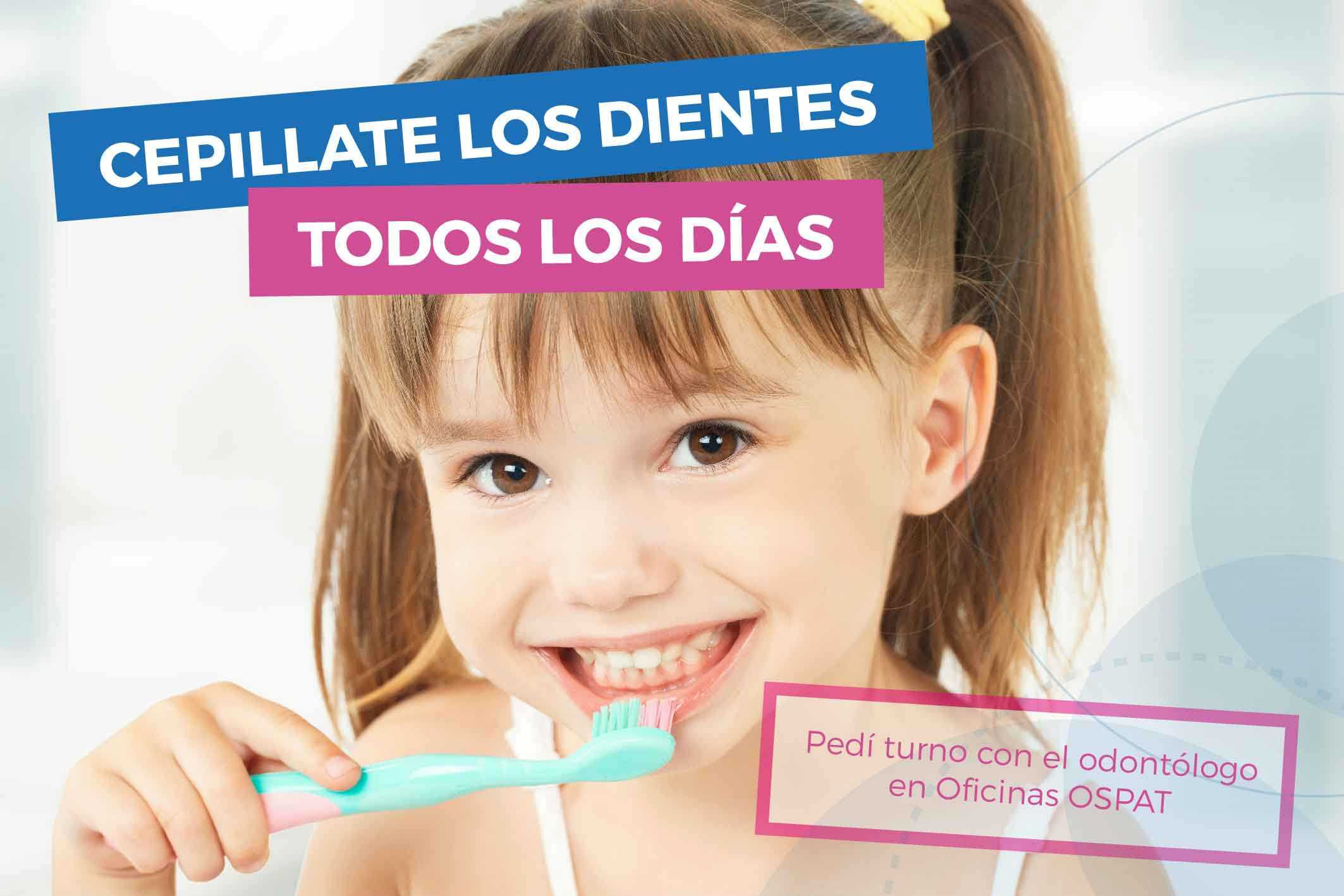 niña con cepillo de dientes