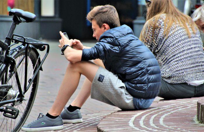 joven usando el celular