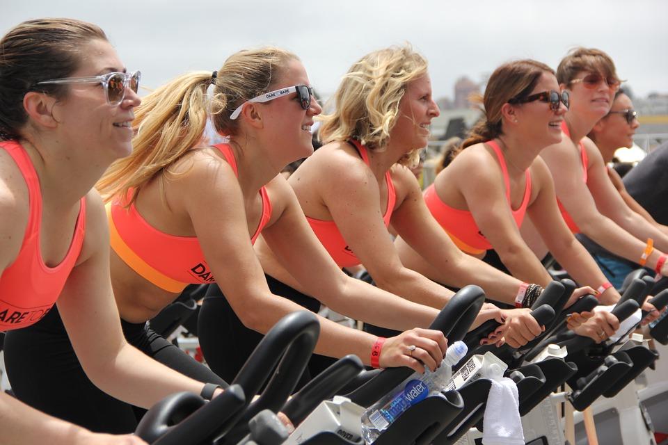 mujeres en bicicleta