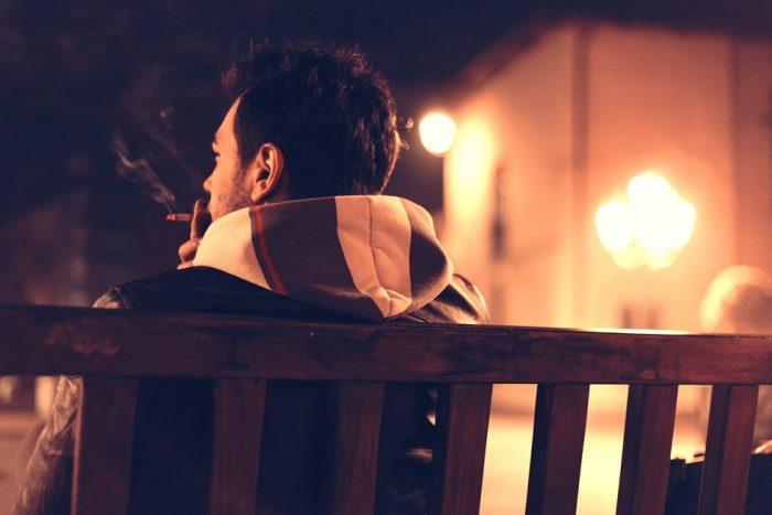 joven fumando