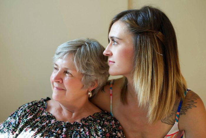 madre adulta mayor e hija entre veinte y treinta años