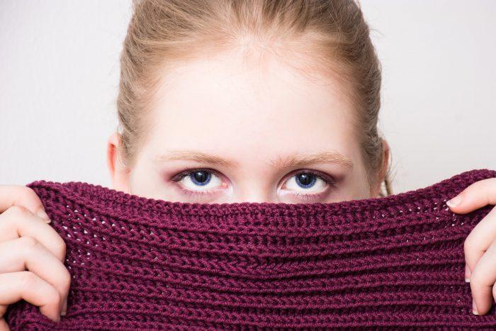 ojos de mujer rostro tapado por bufanda