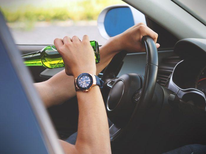 mujer bebiendo al volante