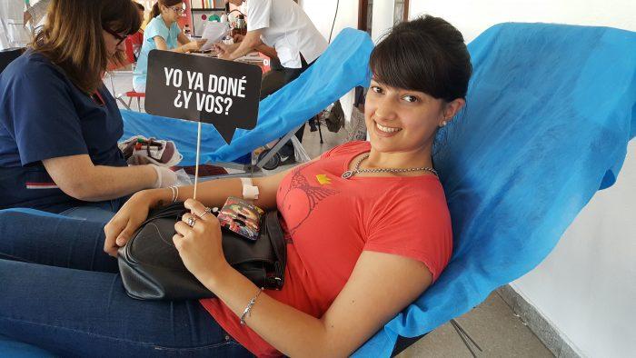 Mujer joven donando sangre en club union