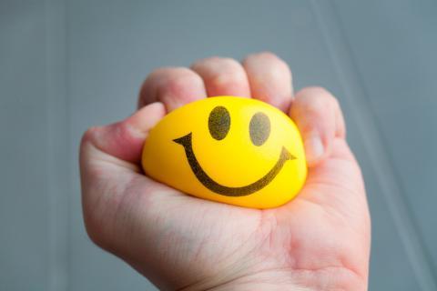 mano con pelota para el estrés
