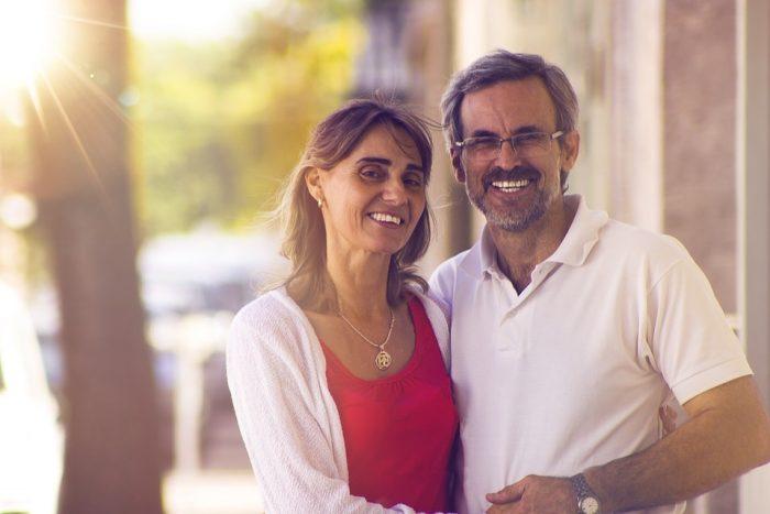 matrimonio mediana edad sonríe
