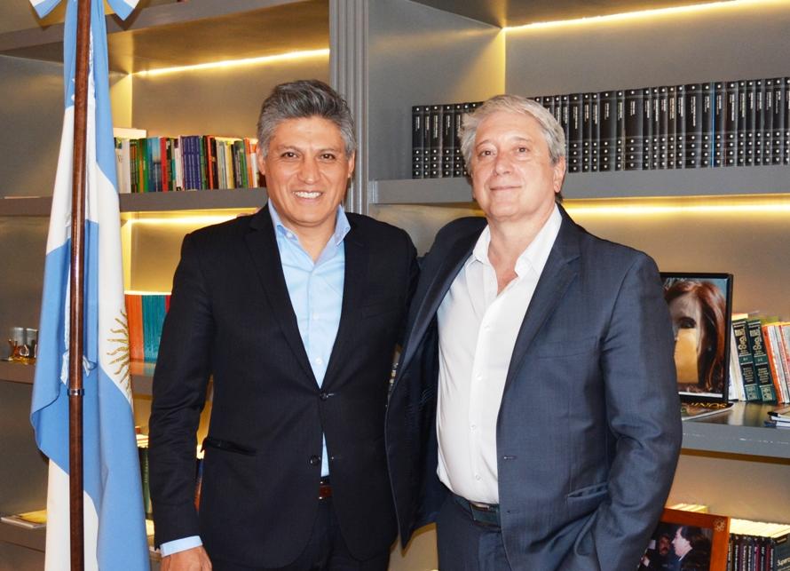 Claudio Ponce y Carlos Felice, de pie junto a bandera argentina