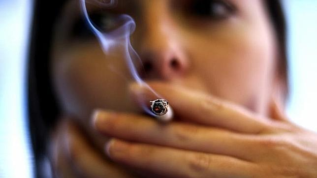 mujer fumando cigarrillo