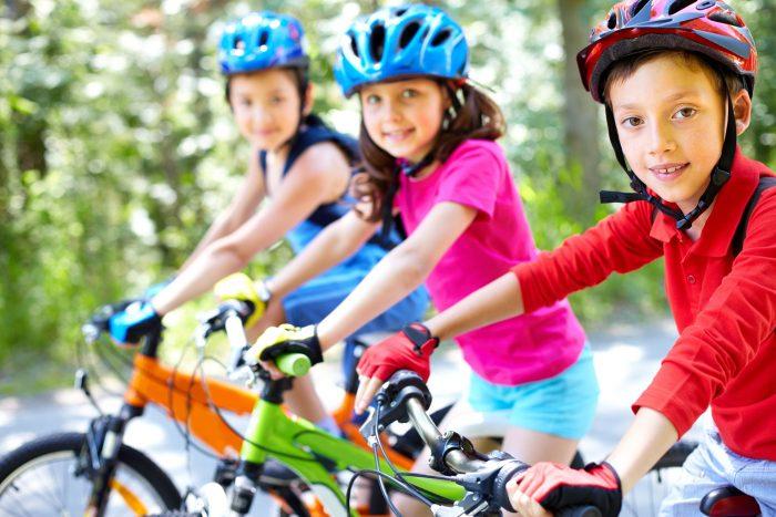 grupo de niños en bicicleta