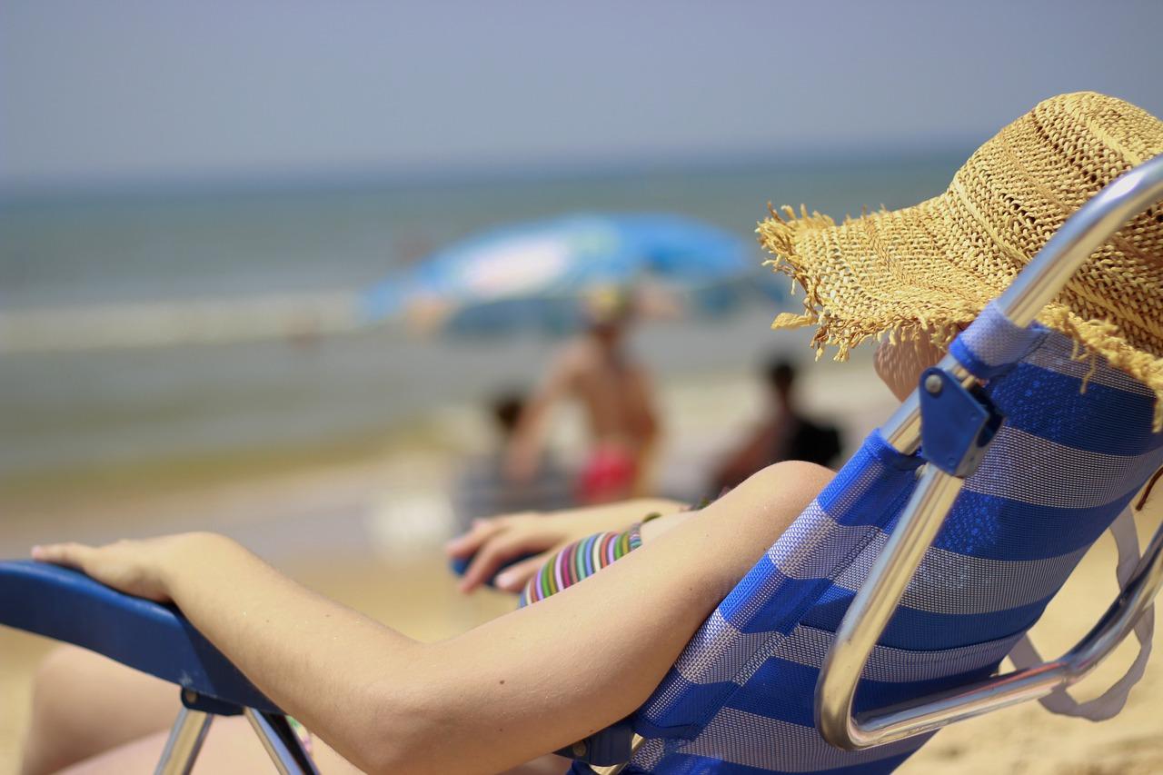 chica al sol con sombrero