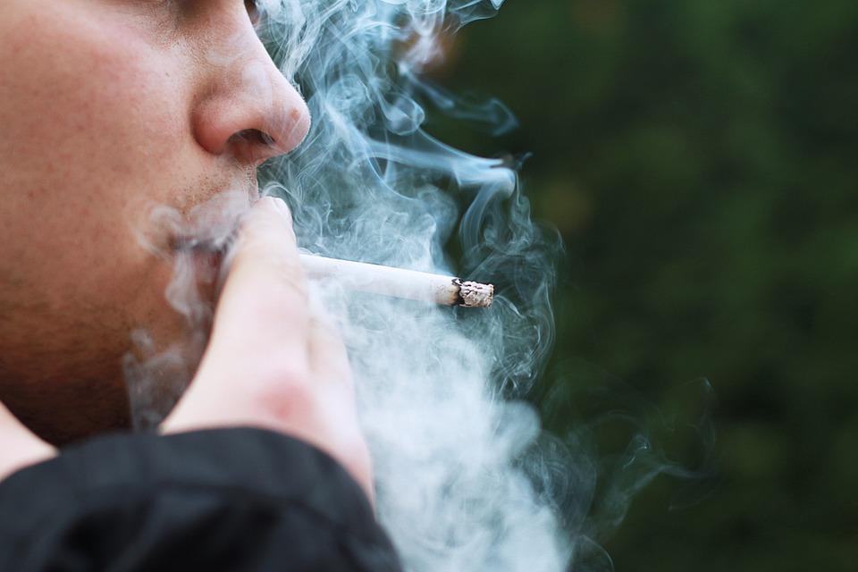 Humo, por fumar un cigarrillo