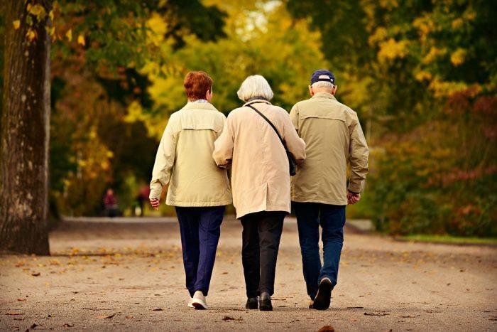 tres adultos mayores caminando