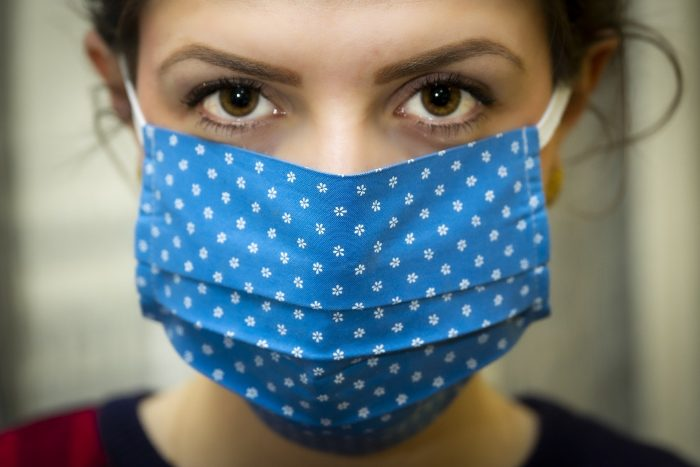 mujer con barbijo por riesgo de coronavirus