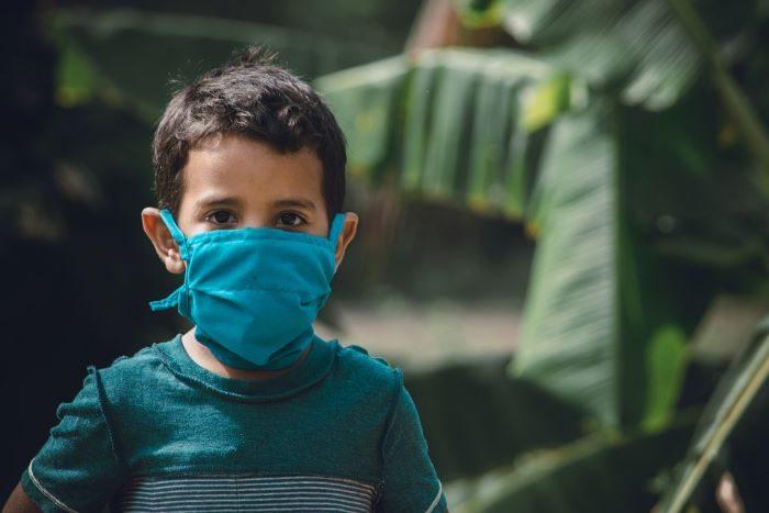 niño con barbijo por coronavirus