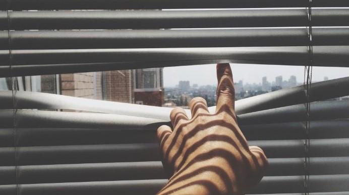 persona espiando por la ventana