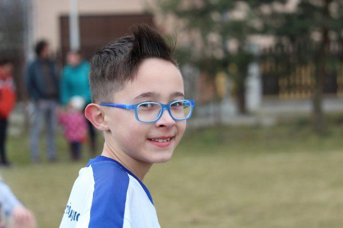 niño con anteojos miopía