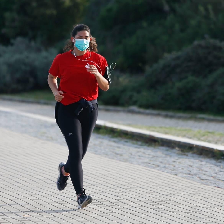 mujer corriendo con barbijo