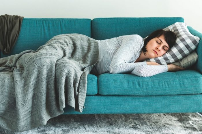 Mujer duerme en sofa