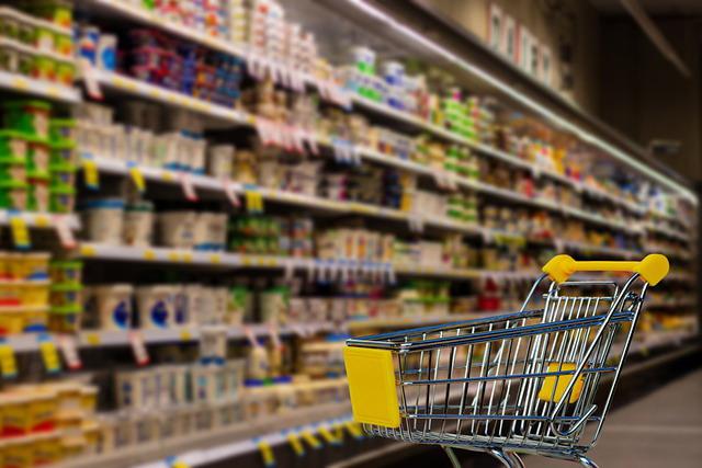 gondola de supermercado y carrito de compras