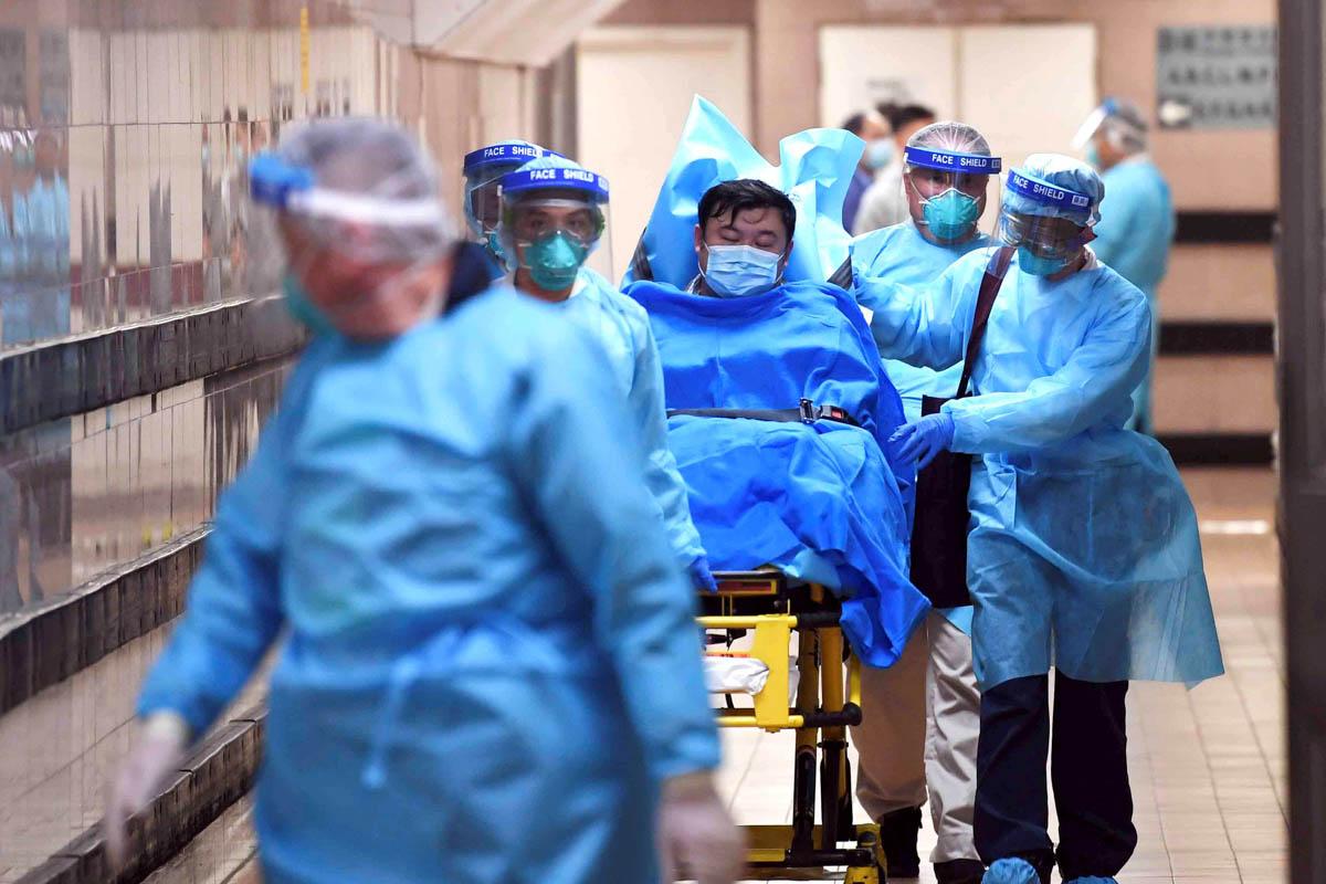 personal médico traslada a paciente de covid