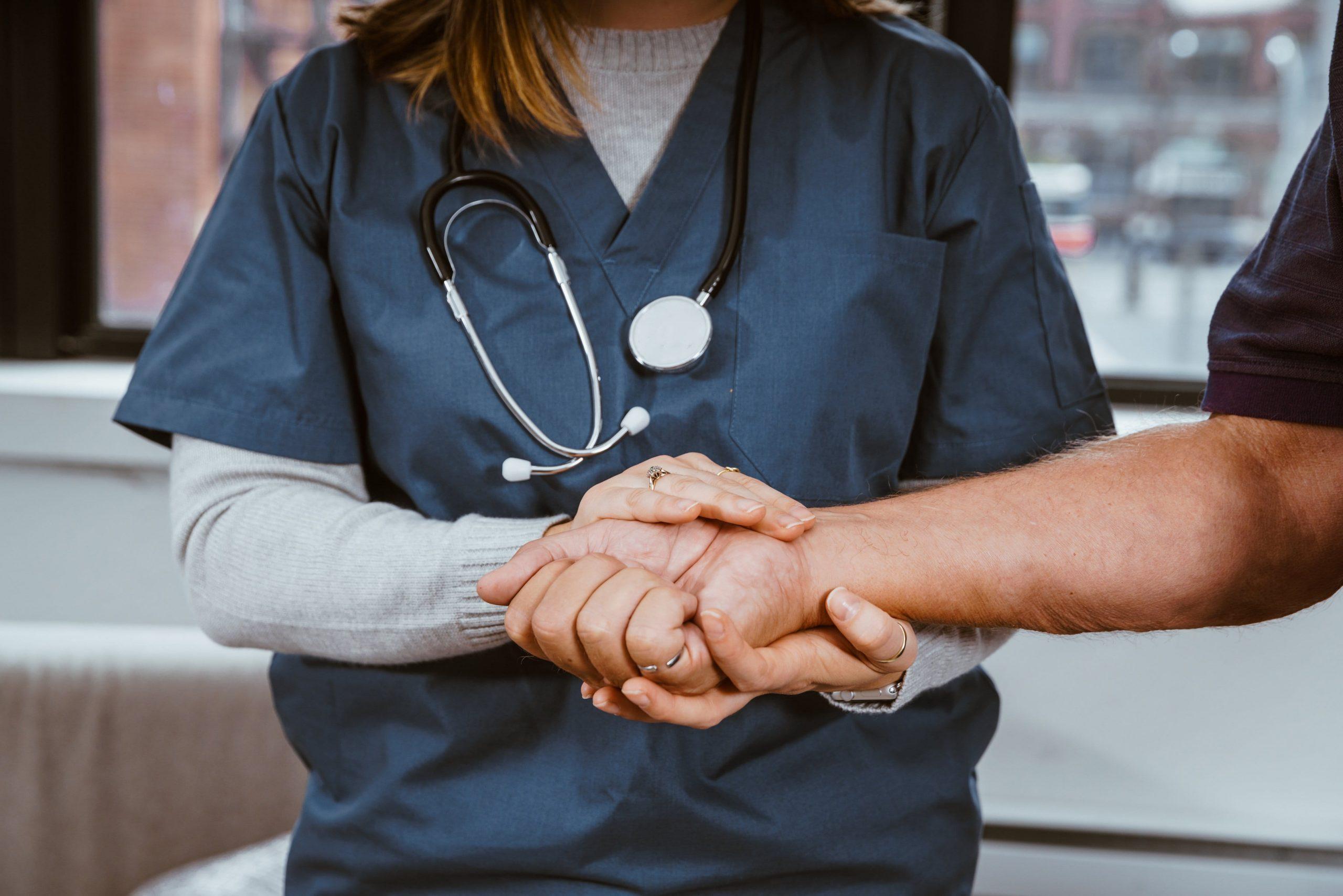 medico y paciente de la mano