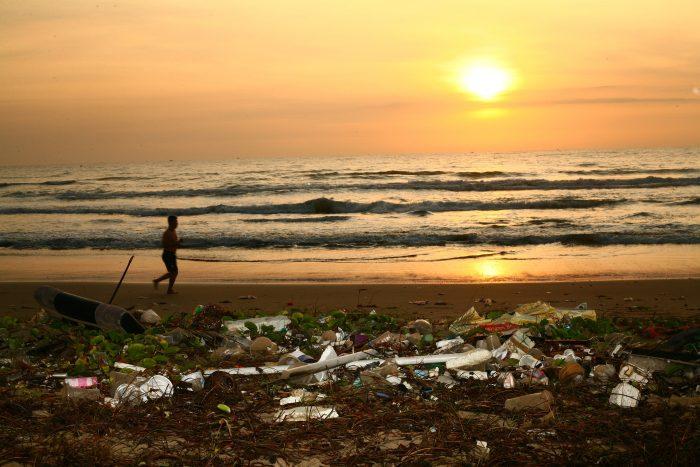 Residuos en la playa y el mar