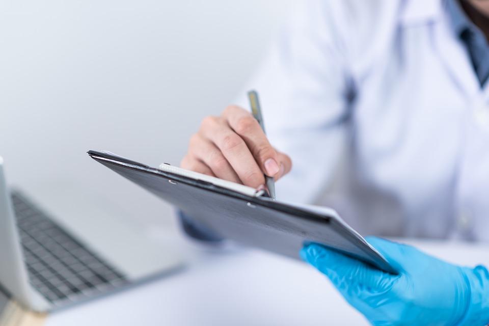 medico con tablet