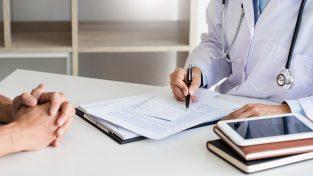 medico atiende mujer en consultorio