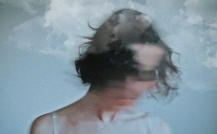 persona abrumada por niebla mental