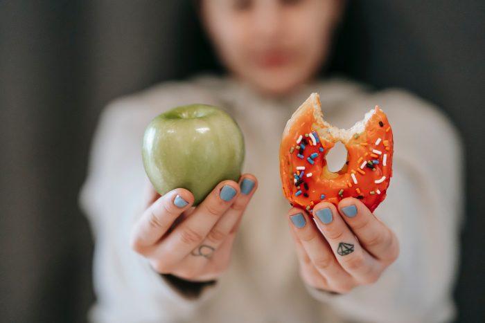 una manzana verde y una donna