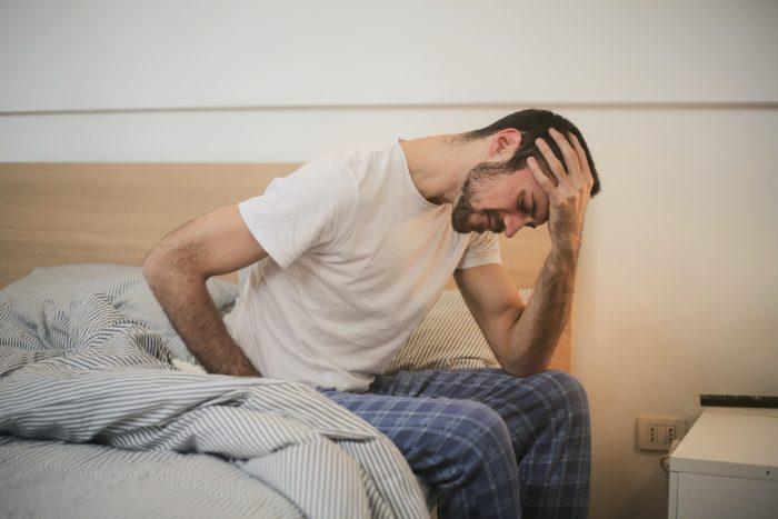 hombre con fuerte dolor de cabeza
