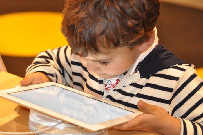 niño con tablet mirando de cerca