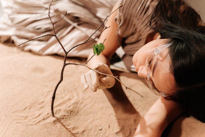 persona con protección en los ojos por la sequía y arbol seco