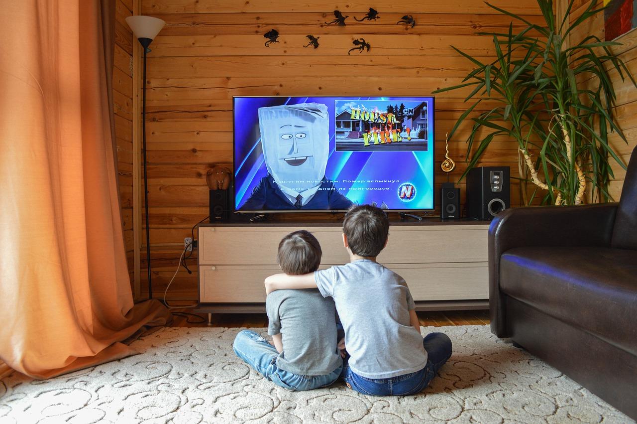 niños mirando televisión